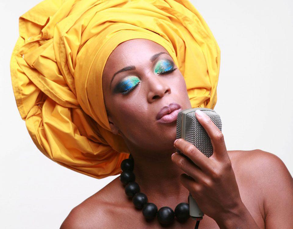 Kelly servizio Africa Microfono